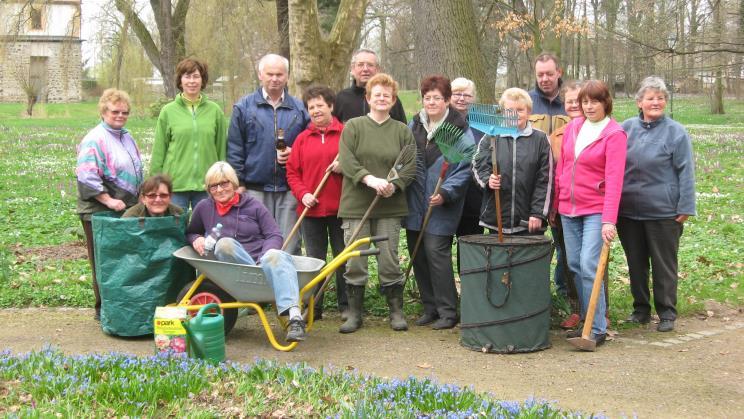 Mitglieder des Heimatverein beim Parkputz 2013