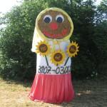 Foto Strohpuppe Frau mit Sonnenblumen